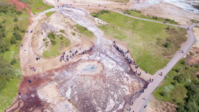 vídeos de stock, filmes e b-roll de aerial view of geysir hot springs area, iceland - gêiser strokkur