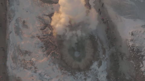 vídeos de stock e filmes b-roll de aerial view of geysir, iceland in winter - islândia