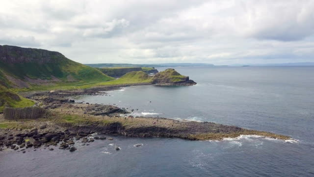 aerial view of giant's causeway with dramatic views on the atlantic coast / northern ireland - nordirland bildbanksvideor och videomaterial från bakom kulisserna
