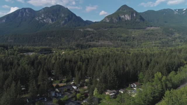 vidéos et rushes de vue aérienne de golden bar, la petite ville dans les montagnes dans l'état de washington, nord-ouest des etats-unis. vidéo de drone avec le mouvement avant de caméra. - nord ouest américain