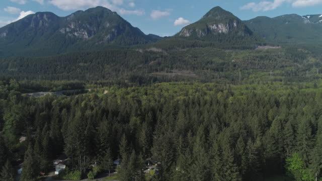 vidéos et rushes de vue aérienne de golden bar, la petite ville dans les montagnes dans l'état de washington, etats-unis du nord-ouest. vidéo de drone avec le mouvement de la caméra avant. - nord ouest américain