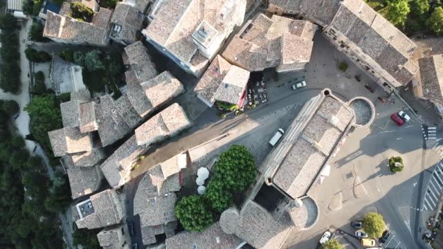 vidéos et rushes de aerial view of gordes, the ancient city in provence, france - château
