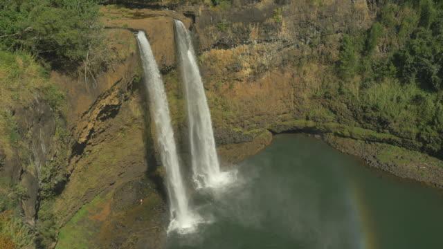 veduta aerea della splendida cascata in hawaii - isola di kauai video stock e b–roll