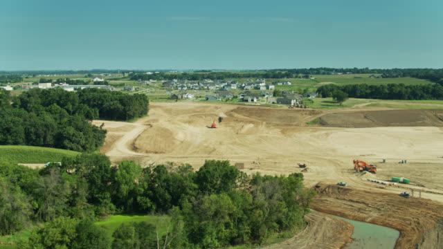 vídeos y material grabado en eventos de stock de aerial view of graded land in growing wisconsin suburb - expansión urbana