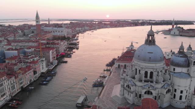 日の出空中運河ビュー - ヴェネツィア点の映像素材/bロール