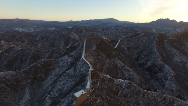 vidéos et rushes de aerial view of great wall covered with snow, beijing china - grande muraille de chine