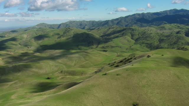stockvideo's en b-roll-footage met aerial view of green mountain landscape - heuvel