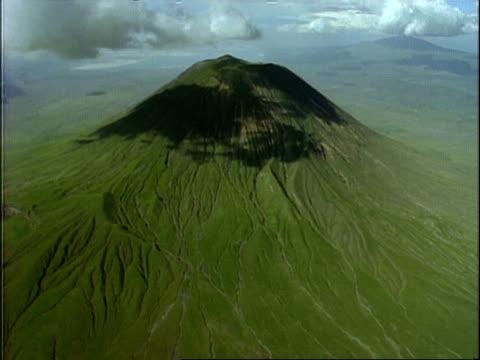 vídeos y material grabado en eventos de stock de wa aerial view of green mountain, shadows of cloud on mountains, africa - tanzania