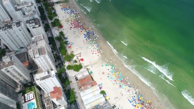 vídeos de stock, filmes e b-roll de vista aérea da praia de guarujá, em são paulo, brasil - ilha