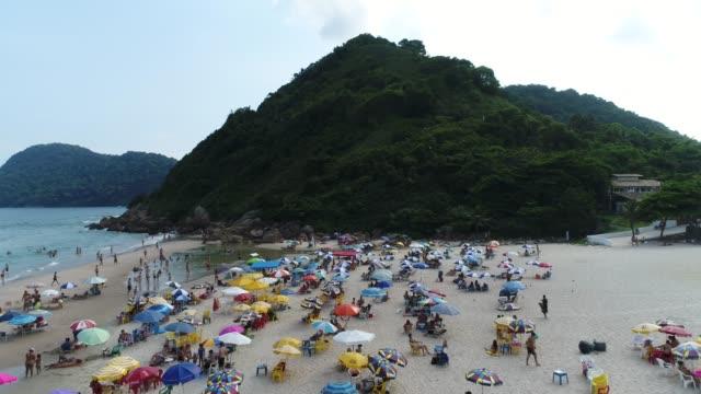 stockvideo's en b-roll-footage met luchtfoto van guaruja beach in sao paulo, brazilië - zonnescherm gefabriceerd object