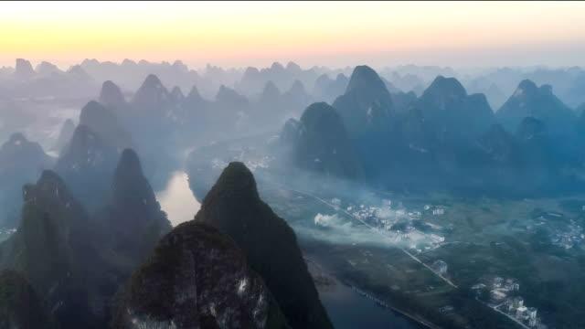 桂林市の空撮 - 峡谷点の映像素材/bロール