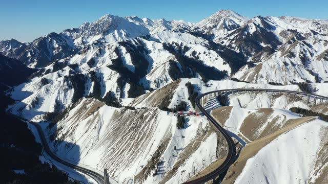 aerial view of guozigou bridge covered by snow on january 17, 2021 in ili kazakh autonomous prefecture, xinjiang uygur autonomous region of china. - 新疆ウイグル自治区点の映像素材/bロール