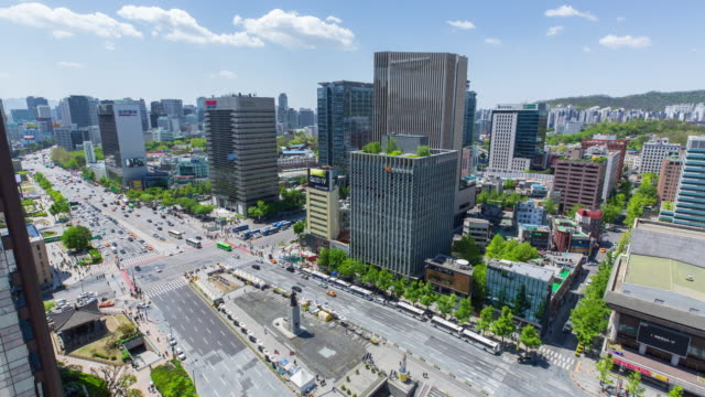 aerial view of gwanghwamoon gate square and statue of admiral yi sun-shin (historical person in history of korea) - ソウル点の映像素材/bロール