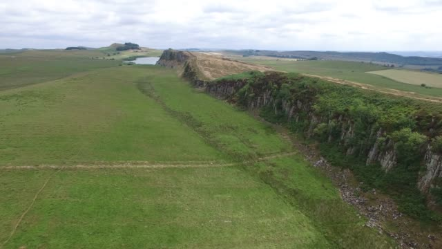 aerial view of hadrian's wall at steel rigg northumberland england uk - gesellschaftsgeschichte stock-videos und b-roll-filmmaterial