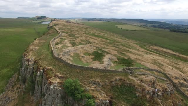 aerial view of hadrian's wall at steel rigg northumberland england uk - storia sociale video stock e b–roll