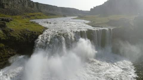 vídeos de stock e filmes b-roll de aerial view of hafragilsfoss waterfall in vatnajökull national park - islândia
