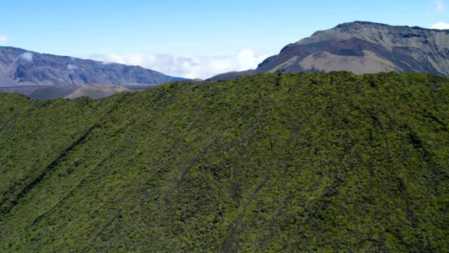 aerial view of haleakala dormant volcano maui hawaii - hawaii inselgruppe stock-videos und b-roll-filmmaterial