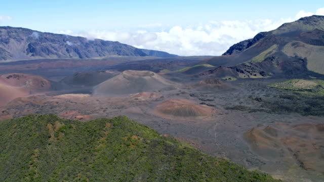 aerial view of haleakala volcano maui usa - hawaii inselgruppe stock-videos und b-roll-filmmaterial
