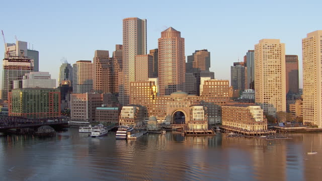 vídeos de stock e filmes b-roll de aerial view of harbor with skyline in boston, massachusetts, united states of america - boston massachusetts