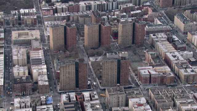aerial view of harlem public housing. the drew hamilton houses are a group of five 21-story buildings housing close to three thousand residents in the harlem neighborhood of new york city. - 公営アパート点の映像素材/bロール