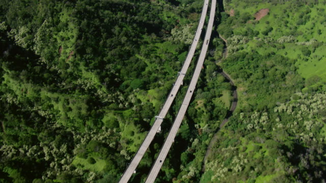 stockvideo's en b-roll-footage met aerial view of hawaii's interstate h-3, tilting up to pearl harbor in the distance. - oahu