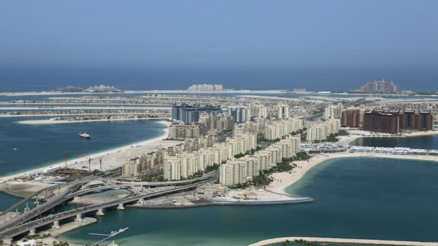 vídeos y material grabado en eventos de stock de aerial view of high rise apartment buildings on the palm jumeirah in dubai. - atlantis