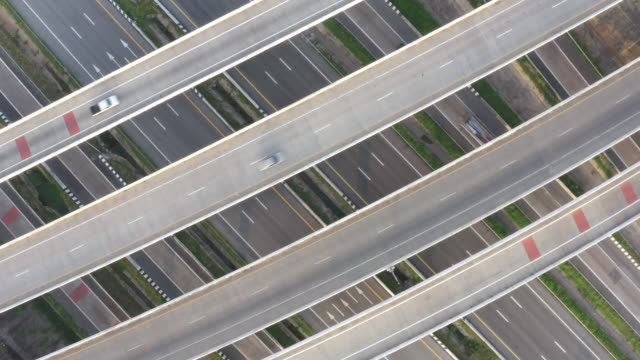 vídeos de stock e filmes b-roll de aerial view of highway and overpass in city in morning. - admirar a vista