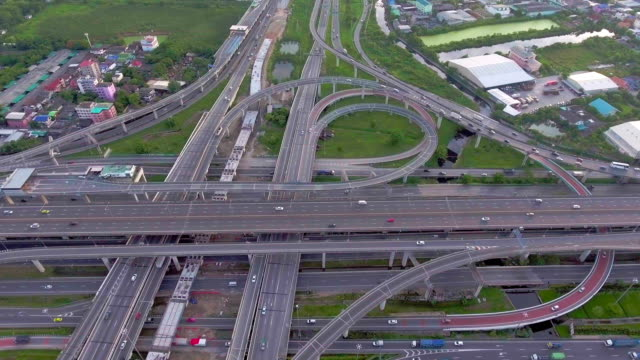 aerial view of highway and traffic in bangkok, thailand, aerial view - veicolo terrestre commerciale video stock e b–roll