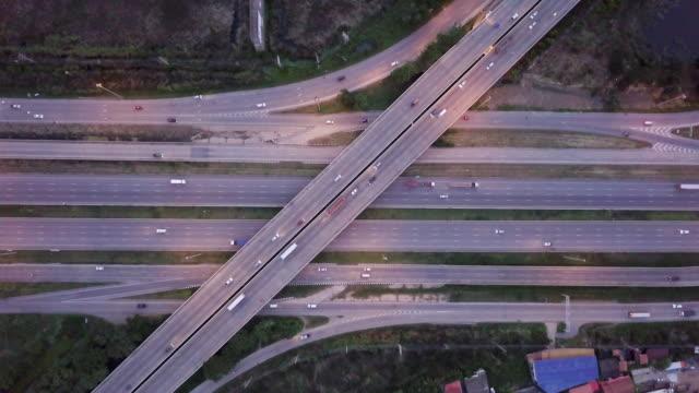 空中高速道路交差点ビュー ラッシュアワーの交通渋滞 - 高速道路点の映像素材/bロール
