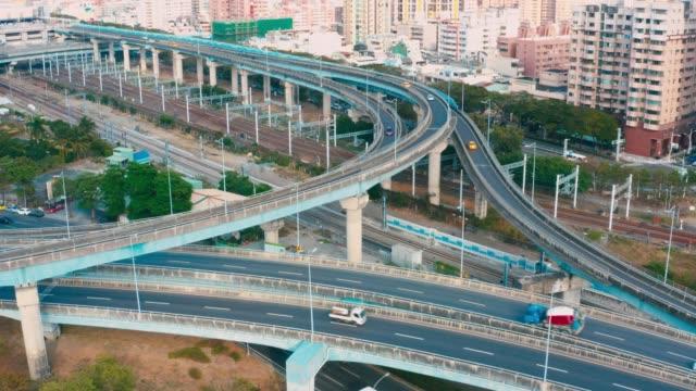 vidéos et rushes de vue aérienne de l'autoroute en asie - échangeur