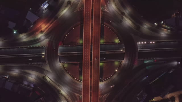 luftaufnahme von autobahnkreuzungen top view of urban city, bangkok at night, thailand. leichte wege über straßenkreuzung, verkehrsabstrakt und verkehrskonzept. - oberer teil stock-videos und b-roll-filmmaterial