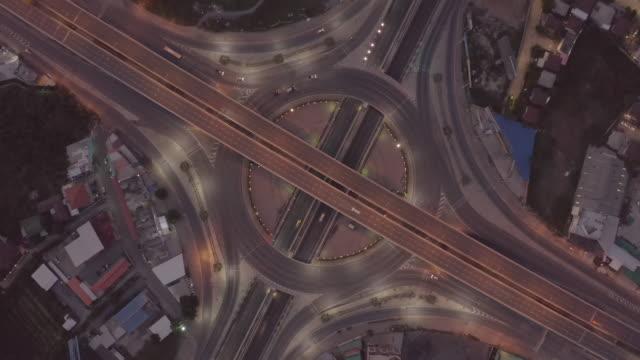 vídeos de stock, filmes e b-roll de vista aérea de junções da estrada vista superior da cidade urbana, banguecoque, tailândia. - viaduto entroncamento