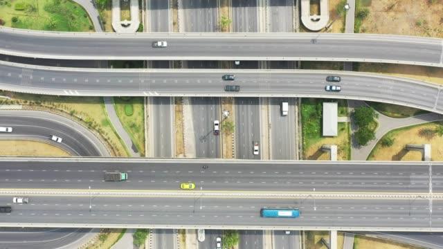vídeos y material grabado en eventos de stock de vista aérea de la autopista. el concepto de transporte y logística - punta descripción física