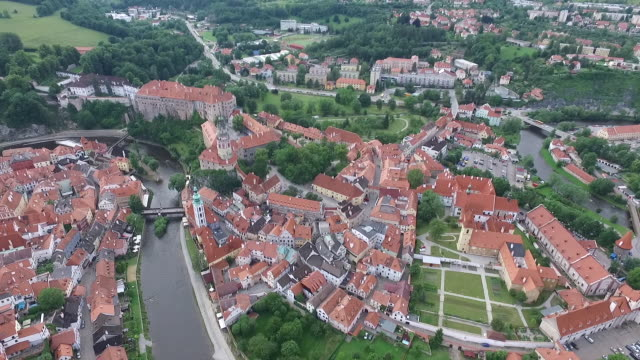 stockvideo's en b-roll-footage met aerial view of historic centre of český krumlov - praag