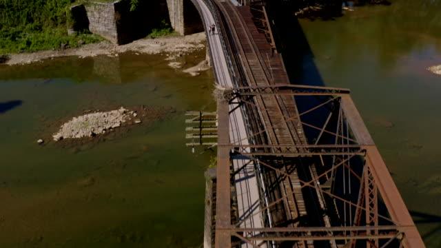 stockvideo's en b-roll-footage met luchtfoto van het historische harper's ferry, west virginia. civil war-tijdperk kleine stad. - burgeroorlog
