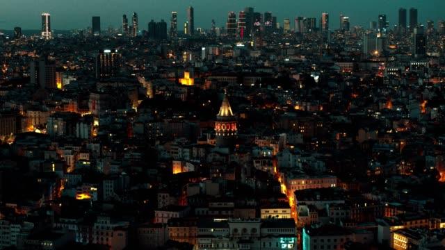 luftaufnahme des historischen und modernen istanbul - galata-turm und wolkenkratzer bei nacht - galataturm stock-videos und b-roll-filmmaterial