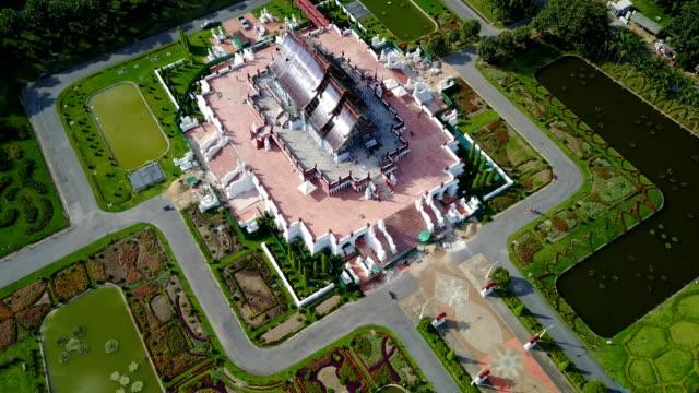 luftaufnahme des ho kham luang (royal pavilion) im königlichen park rajapruek, tempelbau stil wahrzeichen von chiang mai, thailand. - provinz chiang mai stock-videos und b-roll-filmmaterial