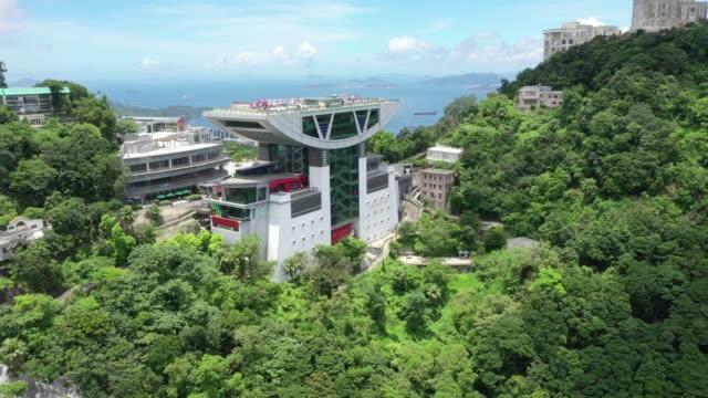 luftaufnahme von hong kong city - berg victoria peak stock-videos und b-roll-filmmaterial