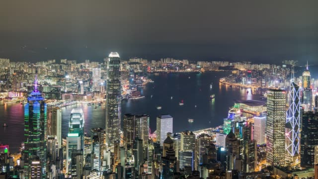 vídeos de stock, filmes e b-roll de t/l ws ha vista aérea da baixa de hong kong e do porto de victoria na noite - ilha de hong kong