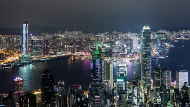 vídeos de stock, filmes e b-roll de t/l ws ha vista aérea do porto de hong kong victoria na noite - ilha de hong kong