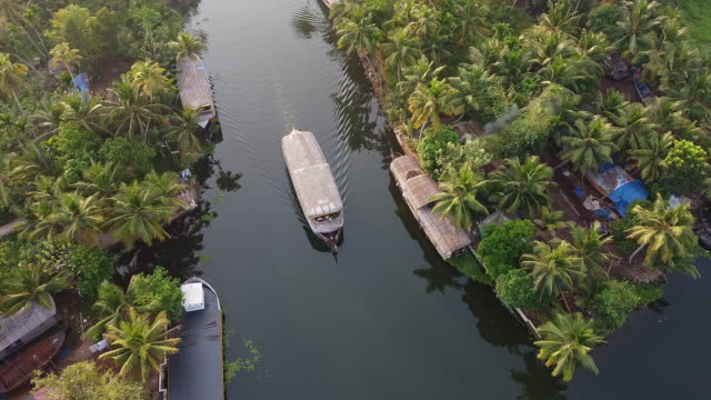 vídeos de stock e filmes b-roll de aerial view of houseboats in alleppey backwaters - barco casa