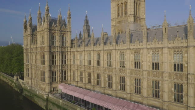 vidéos et rushes de aerial view of houses of parliament - parlement britannique