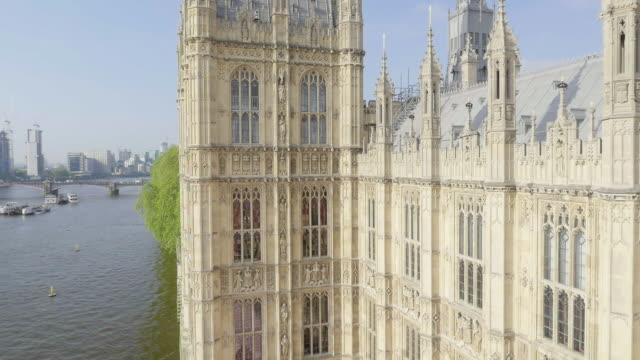 aerial view of houses of parliament - ウェストミンスター宮殿点の映像素材/bロール