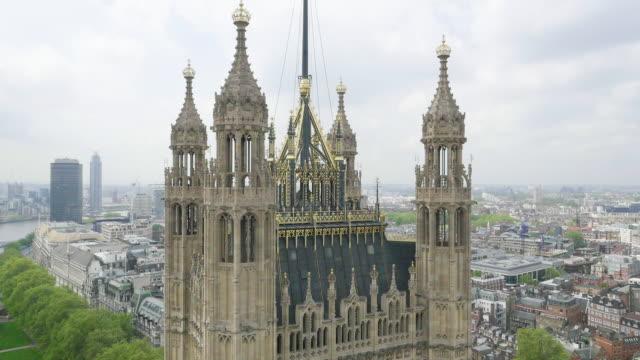 aerial view of houses of parliament - britisches unterhaus stock-videos und b-roll-filmmaterial
