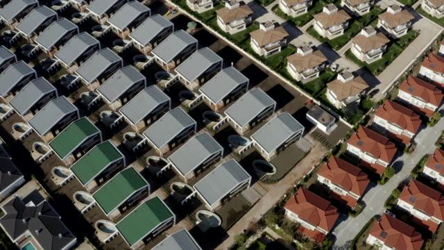 luftaufnahme von wohnsiedlungen - geplante wohnsiedlung stock-videos und b-roll-filmmaterial