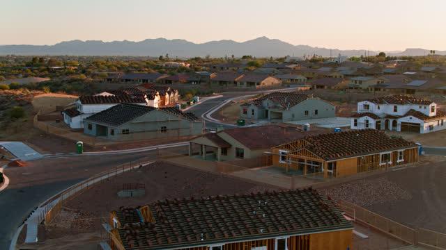 vídeos y material grabado en eventos de stock de vista aérea de la vivienda en construcción en los suburbios de tucson - desert area