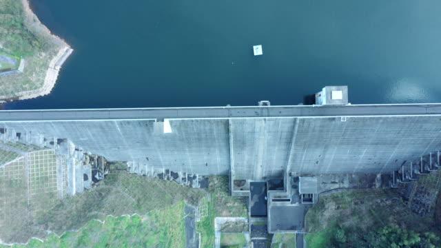 vídeos de stock e filmes b-roll de aerial view of huge dam in suburb - barragem estrutura feita pelo homem