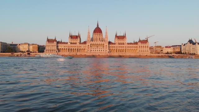 黄金の時間でハンガリー議会の航空写真ビュー - ハンガリー文化点の映像素材/bロール