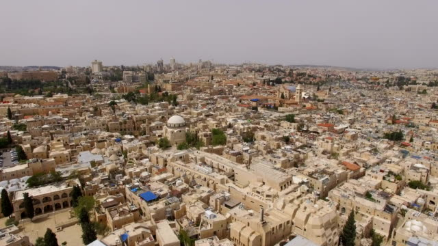 vídeos de stock e filmes b-roll de aerial view of hurva synagogue in the jewish quarter of the old city of jerusalem, with the new, western city of jerusalem in background. - israel