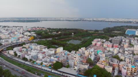 flygfoto över hussain sagar lake, hyderabad med bilar i förgrunden vid rusningstid - indien bildbanksvideor och videomaterial från bakom kulisserna